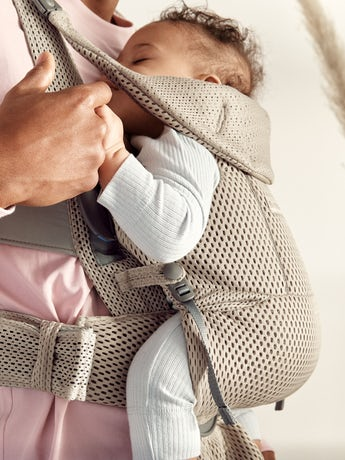 Baby Carrier Free Gray beige, an ergonomic, user-friendly and flexible baby carrier in soft 3D mesh