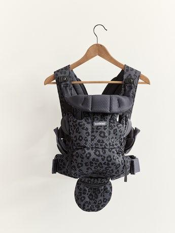 Porte-bébé Free Anthracite Léopard, un porte-bébé physiologique, simple et flexible en filet 3D doux